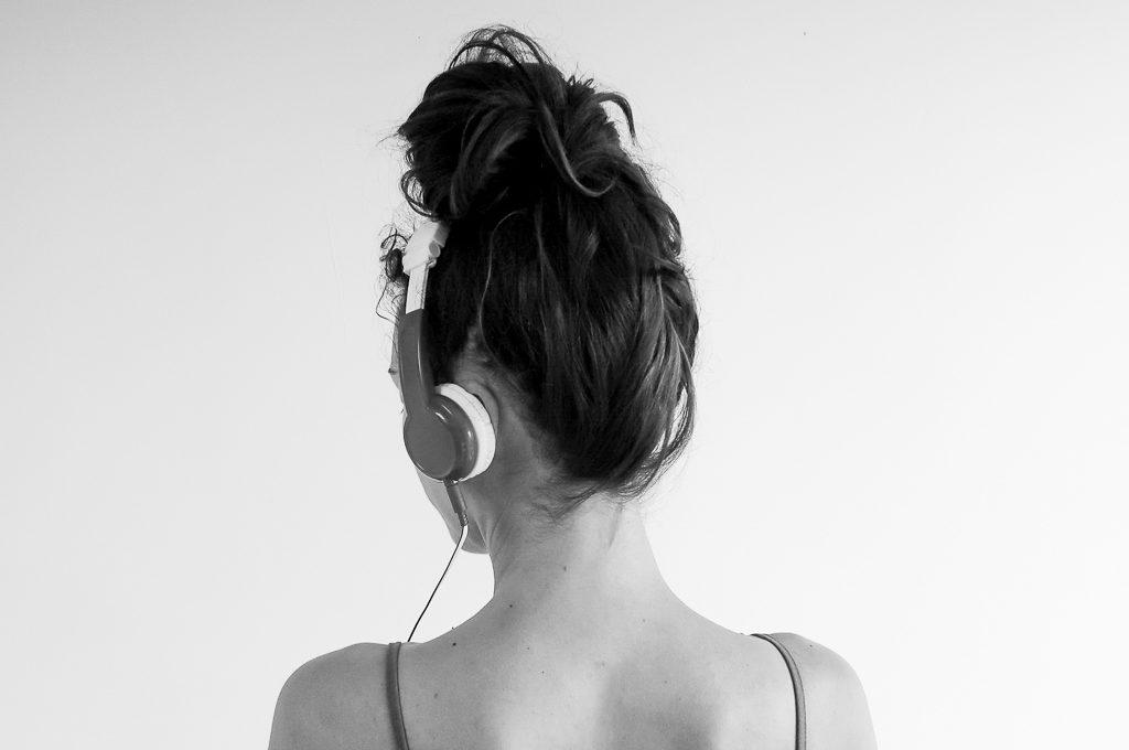 Mes-8-podcasts-preferes-feminisme-maternite-litterature-humour-developpement-personnel-selection-coups-de-coeur-meilleurs-lea-pilea-blog-04