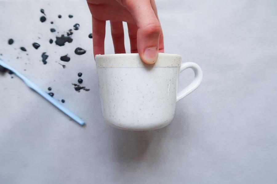 DIY-tutoriel-donner-effet-mouchete-vaiselle-ceramique-porcelaine-peindre-tasse-carafe-vase-assiette-bol-mug-tuto-simple-facile-pebeo-leapilea-blog-05
