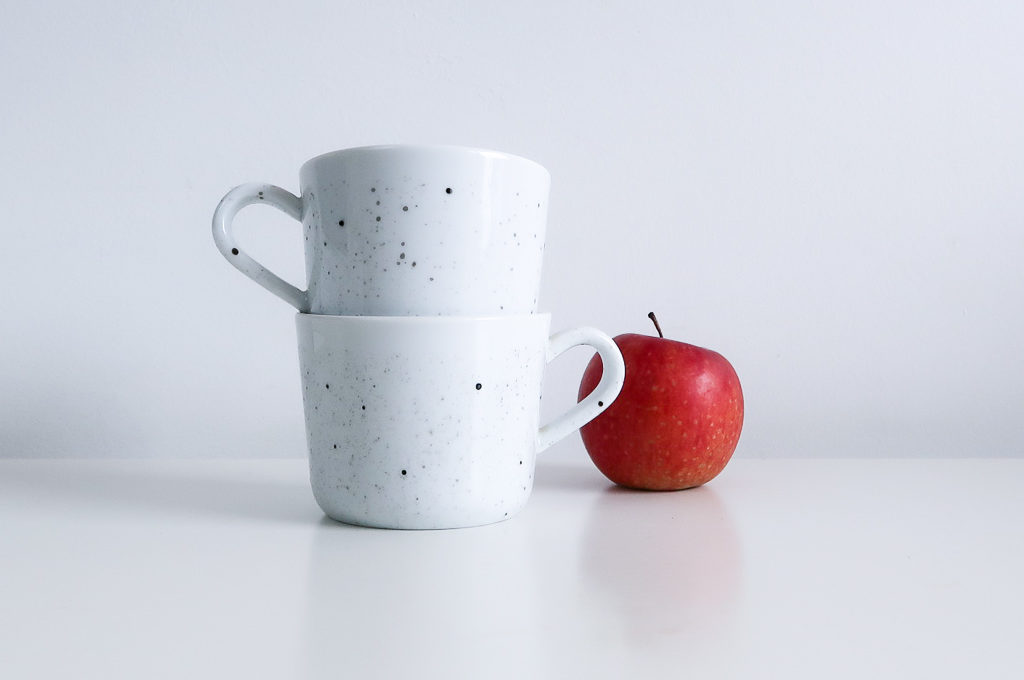 DIY-tutoriel-donner-effet-mouchete-vaiselle-ceramique-porcelaine-peindre-tasse-carafe-vase-assiette-bol-mug-tuto-simple-facile-pebeo-leapilea-blog-09