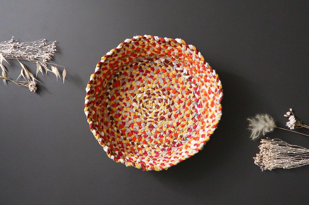 Panier en tissu coloré fabriqué à partir de chutes de tissu