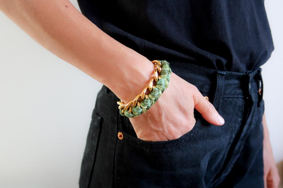 bracelet à gros maillons porté avec jean et t-shirt noirs